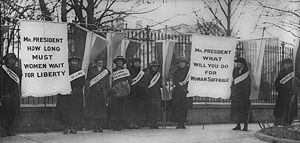 300px-Women_suffragists_picketing_in_front_of_the_White_house